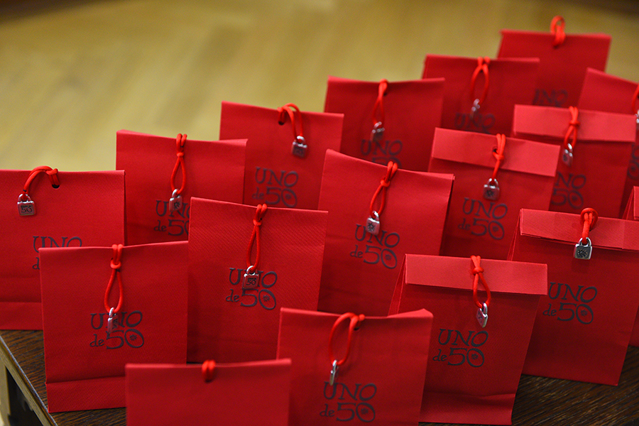 V simpatičnih vrečkah so se skrivala darilca - Ikonične zapestnice s sporočilom UNOde50 Lucky