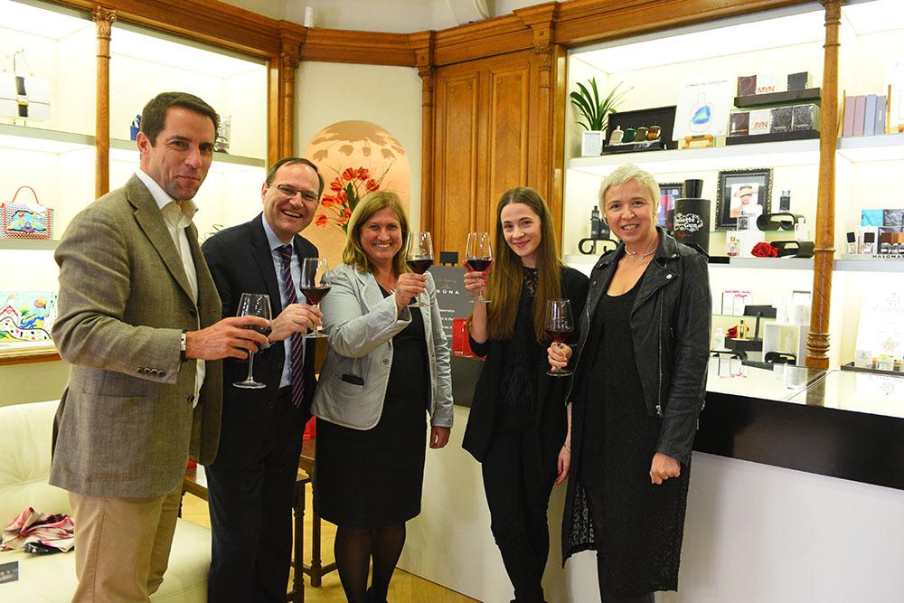 Mednarodni direktor prodaje za znamko UNOde50 Michele Giaconu, slovenska predstavnika znamke UNOde50 in predstavnici Modne hiše Ikona