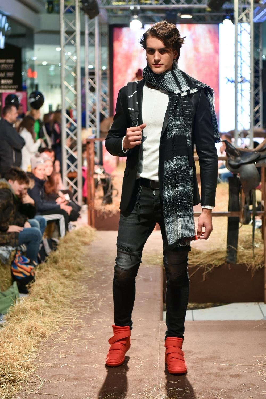 Miha nosi: pulover, šal in superge New Yorker, blazer, kavbojke, pas in nahrbtnik XYZ Sportina