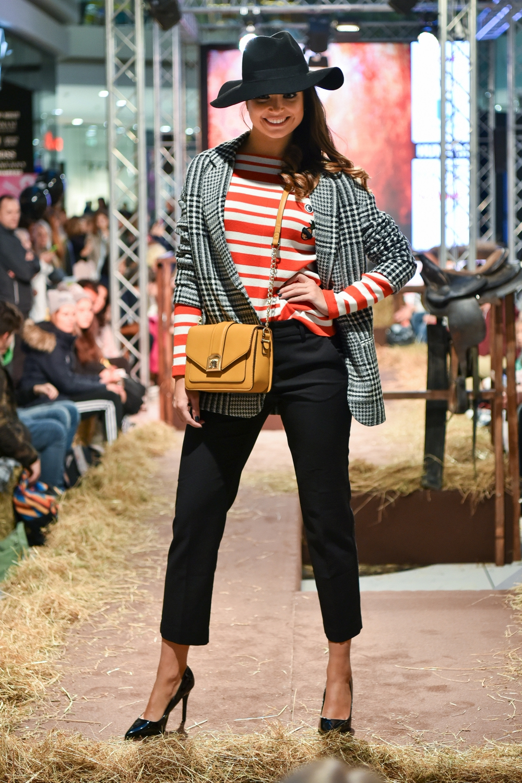 Kaja nosi: pulover in suknjič Promod, torbo in klobuk Accessorize, salonarje Deichmann