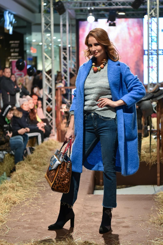 Anamarija nosi: Pulover, kavbojke, plašč in ogrlico Mango, torbo Accessorize, gležnjarje Humanic