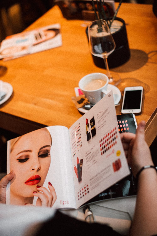 Obiskovalke so se o kozmetiki poučile tudi ob listanju kataloga