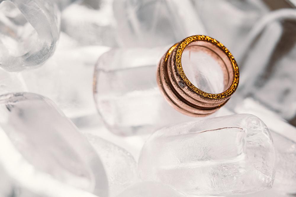 Izbrala sva si enaka prstana, le da mojega krasi majhen diamantek.