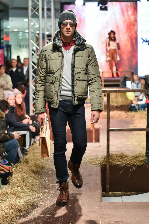 Dimitrij nosi: majico, pulover, hlače in pas Terranova, jakno in kapo New Yorker, očala in torbo WoodWay, gležnjarje Sportina
