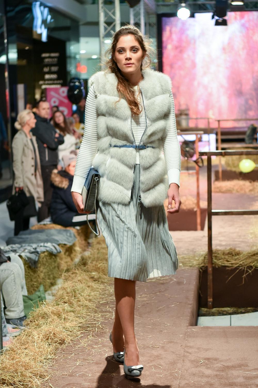 Lara nosi: pulover, pas in torbico Orsay, brezrokavnik Just-R, krilo New Yorker, salonarje Humanic