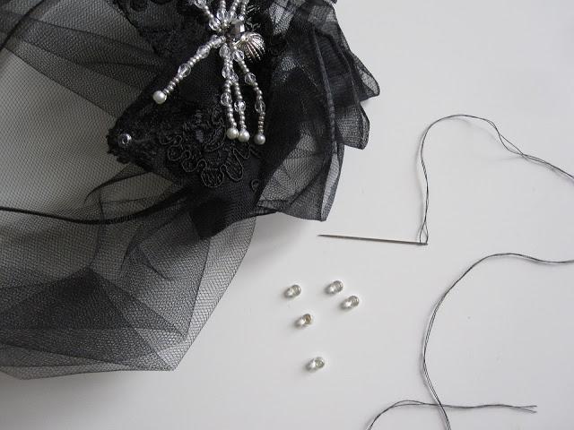 halloween-diy-widow-pearls
